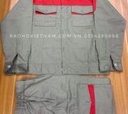 Giới thiệu về vải kaki Vải kaki thường được sử dụng để may quần áo bảo hộ lao động, chính bởi những ưu điểm khi sử dụng chất vải này như: ít nhăn, dễ giặt, bền màu, thoáng mát,…Trong ngành bảo hộ, vải kaki là một trong những loại vải được sử dụng nhiều nhất. Thông tin về Quần áo công nhân vải kaki may sẵn Chất liệu: Vải chất lượng bền bỉ và thấm mồ hôi tốt như các loại: Vải kaki Việt Nam, Kaki Nam Định, kaki 65/35, kaki Thành Công, vải silk, vải xi… (Chất liệu vải may đa dạng cho quý khách lựa chọn thoải mái) Bộ quần áo màu xanh nước biển thông dụng. (Màu sắc vải quý khách lựa chọn thoải mái) Kiểu cách: Dạng quần áo bảo hộ lao động phổ thông nhất hiện nay. Hình thức may: May theo size công nghiệp thiết kế trẻ trung – khỏe khoắn – năng động. Size quần áo: 4 < 5 < 6 < 7 < 8 (S < M < L < XL < XXL) Quần áo công nhân vải kaki may sẵn Quần áo bảo hộ lao động được thêu logo và in ấn: Sắc nét – rõ ràng từng chi tiết nhỏ, màu không phai. Được may bởi đội ngũ công nhân trình độ tay nghề lâu năm, cần cù, cẩn thận nên đường chỉ luôn chắc chắn – đều – đẹp. Thắt lưng quần được gắn dây chun đảm bảo độ co dãn phù hợp với từng người lao động.